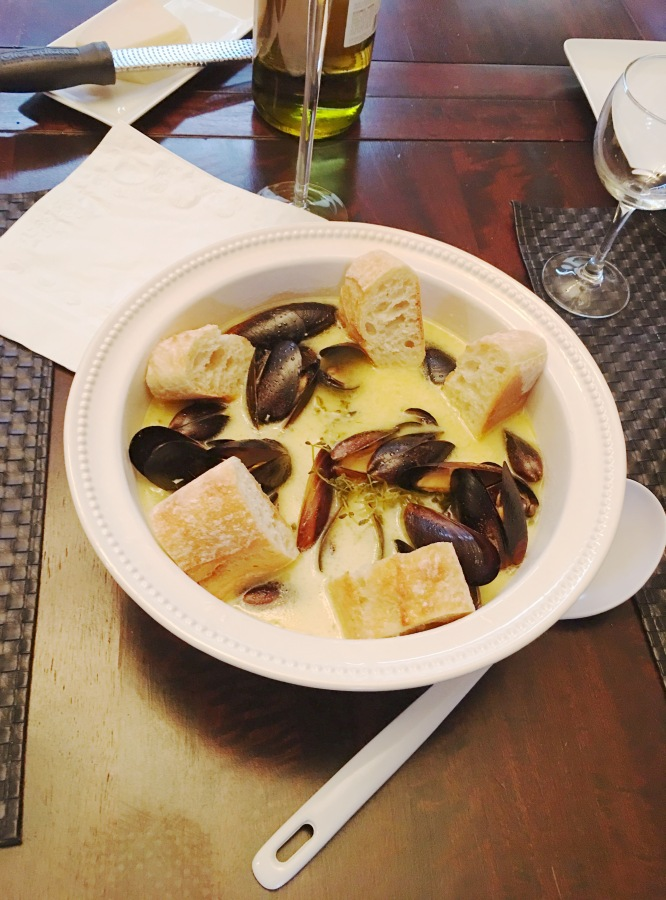 Mussels in Herbed White Wine & Cream Sauce